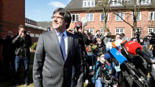 El exlíder de Cataluña, Carles Puigdemont, abandona la prisión de Neumünster, en Alemania, el 6 de abril de 2018.