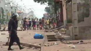 Des heurts ont éclaté mardi 13 octobre 2015 à Conakry entre des groupes de jeunes qui contestent le scrutin présidentiel et la police.