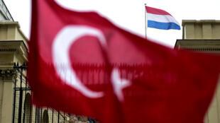 Un drapeau turc agité par des manifestants devant le consulat néerlandais d'Istanbul, le 12 mars 2017.