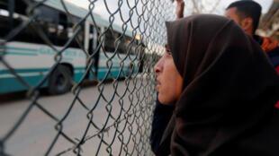 Palestinos esperan el cruce de sus familiares por la frontera con Egipto el 19 de noviembre de 2017.