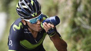 El colombiano Nairo Quintana bebe mientras rueda en una escapada durante la 183ª etapa de 183 km de la 104 ° edición de la carrera ciclista Tour de France el 19 de julio de 2017 entre Le La Mure y Serre-Chevalier, Alpes franceses.