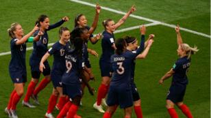 Les Bleues célèbrent le but d'Eugénie le Sommer, au Parc des Princes, pour le match d'ouverture du Mondial, le 7 juin 2019.