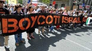 Des manifestants appelant au boycott d'Israël lors d'une manifestation pro-palestinienne à Paris, durant l'été 2014.