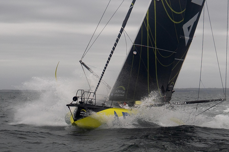 """Le monocoque """"Apivia"""", barré par le skipper français Charlie Dalin, le 30 septembre 2020 au large de Port-la-Forêt"""