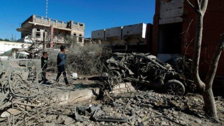 يمنيون يعاينون الأضرار بعد غارة للتحالف العربي على العاصمة صنعاء في 27 شباط/فبراير 2016