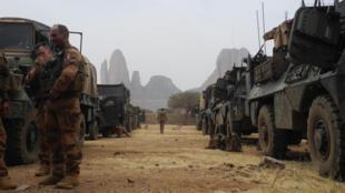 Des soldats français au milieu d'un convoi de véhicules blindés le 27 mars 2019, lors du début de l'opération Barkhane, dans la région de Gourma au Mali.
