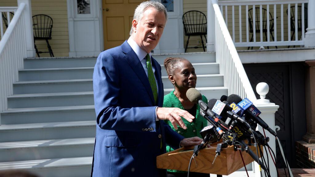 El alcalde de Nueva York, el demócrata Bill de Blasio, ofrece una conferencia de prensa junto a su esposa, Chirlane McCray, después de anunciar su retiro de la carrera presidencial de 2020 en Nueva York, Estados Unidos, el 20 de septiembre de 2019.