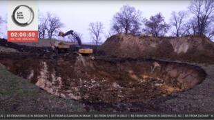 L'Humanité vient de dépenser 100 000 dollars pour creuser un trou.