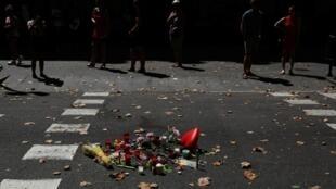 Un improvisado homenaje en las calles de Barcelona por las víctimas del atentado que terminó con la vida de 13 personas, en Las Ramblas.
