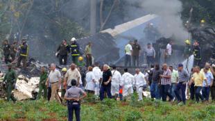 El presidente cubano Miguel Díaz-Canel aparece en el lugar del accidente después de que un avión de Cubana de Aviación se estrellara tras despegar del aeropuerto José Martí de La Habana el 18 de mayo de 2018.