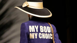 "L'une des vestes de la collection 2020 de Gucci, estampillée du logo féministe ""My body, my choice""."