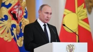 الرئيس الروسي فلاديمير بوتين يلقي كلمة في حفل توزيع أوسمة في الكرملين على العسكريين الروس الذين شاركوا في الحملة الروسية في سوريا، 28 كانون الأول/ديسمبر 2017
