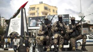 """عناصر من حركة المقاومة الإسلامية """"حماس"""" في غزة"""