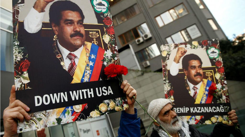 Manifestantes durante la movilización en apoyo al presidente Nicolás Maduro frente al consulado de la Venezuela en Estambul, Turquía, el 1 de febrero de 2019.