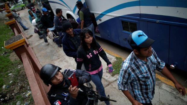 Migrantes de caravanas que viajan desde Centro América hacia Estados Unidos, caminan para ingresar a un bús, en el municipio Juan Rodríguez Clara,Veracruz, México, el13 de noviembre de 2018.