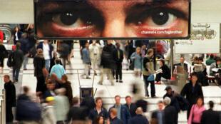"""Une publicité pour l'émission """"Big Brother"""" dans les couloirs du métro londonien (2000)."""