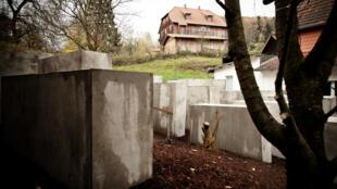 Une réplique du mémorial de la Shoah érigé devant la maison d'un élu identitaire allemand par un collectif d'activistes, le 22 novembre 2017.