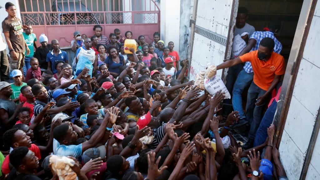 Ciudadanos haitianos reciben comida de un programa del Gobierno en medio de la pandemia de Covid-19. Puerto Príncipe, 6 de abril de 2020.