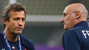 Le sélectionneur du XV de France Fabien Galthié (g) et le président de la Fédération française de rugby Bernard Laporte, lors de la Coupe du monde au Japon, le 18 octobre 2019 à Oita