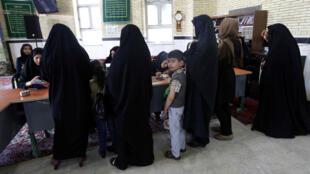 Des femmes iraniennes dans un bureau de vote de Robat Karim, vendredi 29 avril 2016, à l'occasion du deuxième tour des élections législatives en Iran.