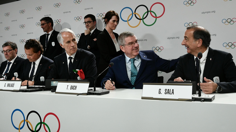 El presidente del Comité Olímpico Nacional Italiano (CONI), Giovanni Malagò, el alcalde de Milán, Giuseppe Sala, y el presidente del COI, Thomas Bach, reaccionan después de que Milán-Cortina ganaran la candidatura para ser sede de los Juegos Olímpicos de Invierno 2026.