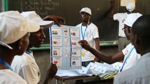 Des membres de la commission électorale (Céni) comptabilisent les suffrages des électeurs, mardi 21 juillet 2015, dans un bureau de vote de l'Université du Burundi, à Bujumbura.
