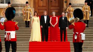 De izquierda a derecha: Melania Trump, Donald Trump, Theresa May y su esposo Philip May en el palacio Blenheim. 12 de julio de 2018.