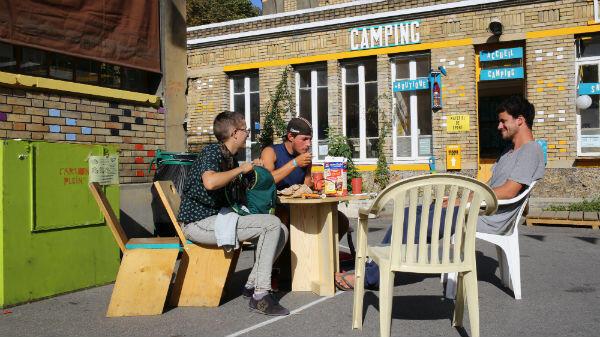 Justine Maura et Victor prennent leur petit déjeuner devant l'accueil du camping