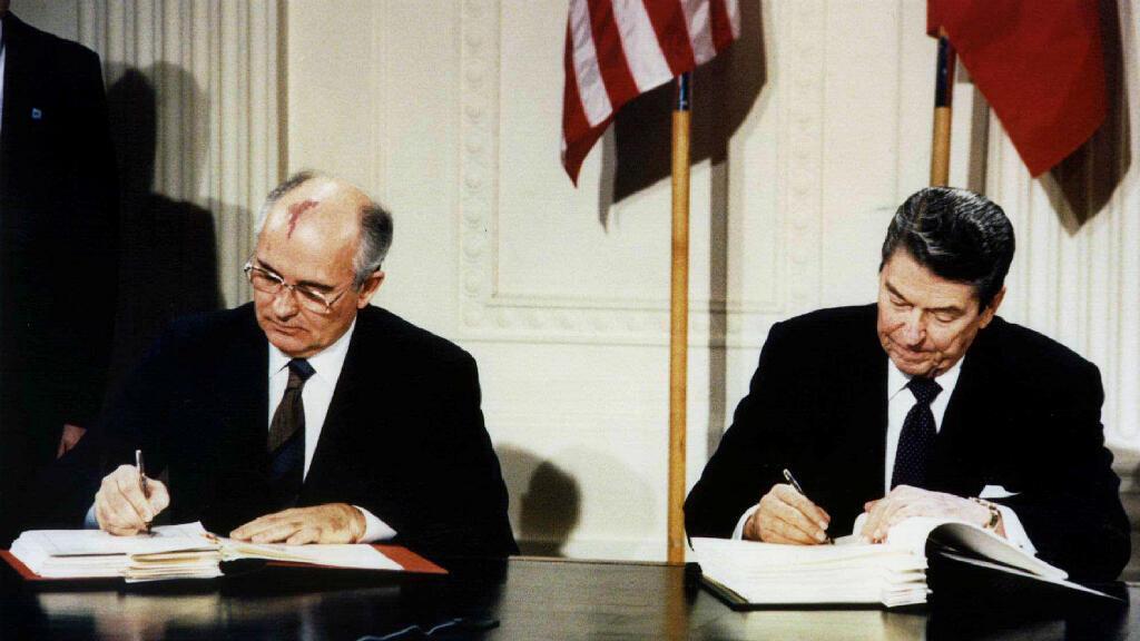 Foto de archivo del presidente de Estados Unidos Ronald Reagan a la derecha y el presidente soviético Mikhail Gorbachov, a la izquierda, firmando el tratado de Fuerzas Nucleares de Rango Intermedio (INF) en la Casa Blanca, el 8 de diciembre de 1987, en EE. UU.