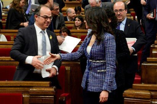 """تورول يصافح زعيمة حزب """"مواطنون"""" إيناس إريماديس خلال جلسة انتخاب رئيس للإقليم في البرلمان الكاتالوني."""