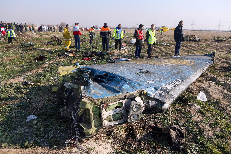 حطام الطائرة الأوكرانية التي سقطت بعد اقلاعها من مطار طهران