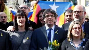 El exlíder de Cataluña, Carles Puigdemont, posa junto a diputados catalanes después de una conferencia de prensa en Berlín, Alemania, el 7 de abril de 2018.