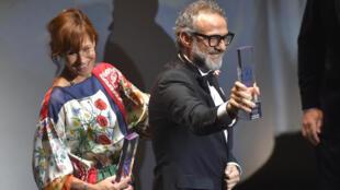 Massimo Bottura, chef du restaurant Osteria Francescana, reçoit son prix à Bilbao, mardi 19 juin 2018.