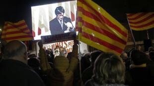 متظاهرون يلوحون بأعلام كاتالونيا وبصورة الرئيس الانفصالي كارلس بيغديمونت