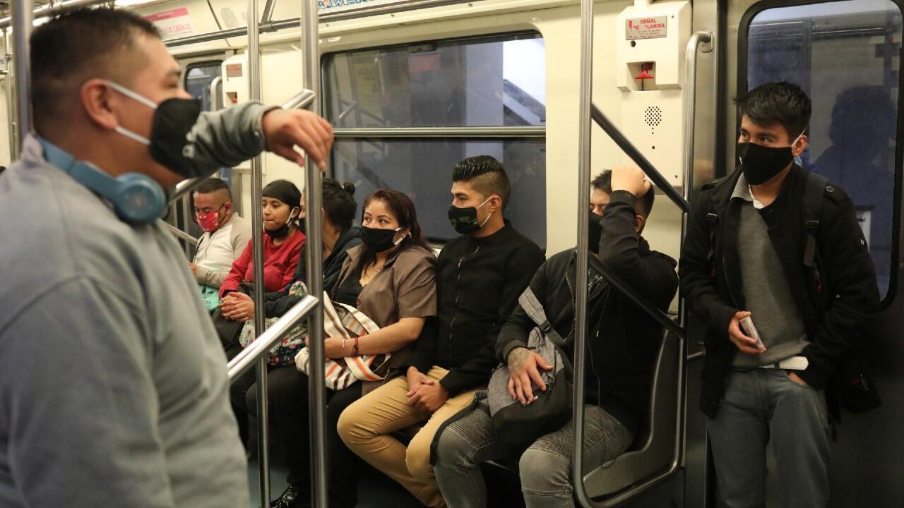 Varios trabajadores viajan en el metro de la ciudad de México luego de que se levantaran las restricciones de movilidad en la capital y de que se reactivaran varios sectores en la nueva fase de desescalada. Ciudad de México, 15 de junio de 2020.