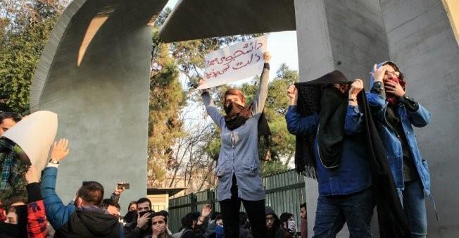 شبان يشاركون في تظاهرة.