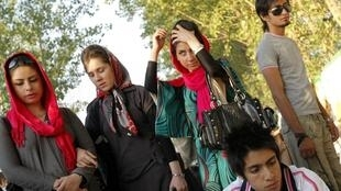 Desde la Revolución Islámica de 1979, le velo islámico es obligatorio para todas las mujeres y el consumo de alcohol está prohibido.