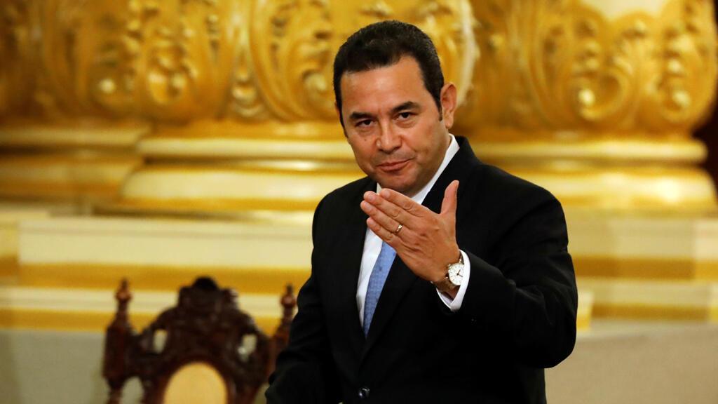El presidente de Guatemala, Jimmy Morales, gesticula después de una reunión con el secretario interino de Seguridad Nacional de Estados Unidos, Kevin McAleenan, en Ciudad de Guatemala, Guatemala, 27 de mayo de 2019.