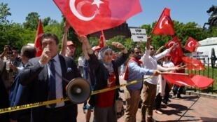 مؤيدون للرئيس التركي رجب طيب أردوغان أمام البيت الأبيض خلال زيارته لواشنطن في 16 أيار/مايو 2017