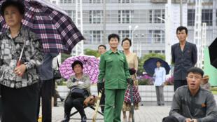Ciudadanos norcoreanos miran noticias sobre la cumbre entre los Estados Unidos y Corea del Norte en una pantalla en Pyongyang, el 13 de junio de 2018.