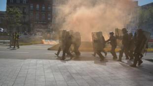Le cortège des Gilets jaunes a été freiné par la police qui a utilisé des gaz lacrymogènes, samedi 13avril à Toulouse.
