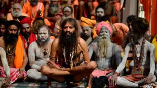 """Un """"sadhu"""" realiza una postura de yoga en el Día Internacional del Yoga durante el Festival Ambubachi, que se celebra en el templo Kamakhya en Guwahati, Assam, India el 21 de junio de 2019."""