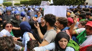 Des étudiants face aux forces de l'ordre dans les rues d'Alger, mardi 21 mai.