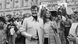 """Roger Moore à Cannes avec l'actrice Barbara Bach pour la promotion de """"L'espion qui m'aimait"""" en mai 1977."""