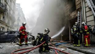 Los bomberos extinguen el fuego luego de una explosión en una panadería en la calle Trévise, en el centro de París, el 12 de enero de 2019.