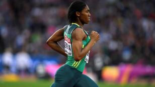 La atleta sudafricana Caster Semenya compite en el Mundial de atletismo celebrado en Londres en agosto de 2017.