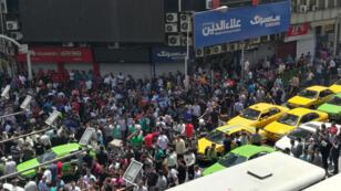 Des manifestants iraniens près du Grand Bazar de Téhéran, le 25 juin 2018.