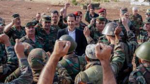 الرئيس بشار الأسد يزور قوات الجيش السوري في شمال غرب محافظة إدلب التي مزقتها الحرب، 22 أكتوبر/تشرين الأول 2019.