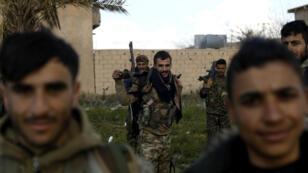 Des combattants des Forces démocratiques syriennes (FDS) près du village de Baghouz, le 18 février.