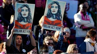 """Imagen de archivo. Defensores del programa DACA sostienen carteles con la consigna """"Dream act now"""", """"sueño, actúa ahora"""" en referencia a los llamados jóvenes """"dreamers"""" en una marcha por los derechos de la mujer en Las Vegas, Nevada, EE. UU., el 21 de enero de 2018."""